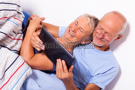 en pareja senior con el hombre
