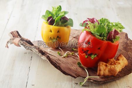 coloridas ensaladas de pimientos frescos de