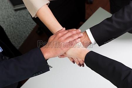 mano manos apreton de manos hombre
