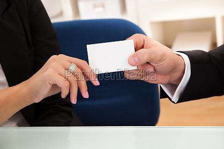 hombre entregando una tarjeta de visita