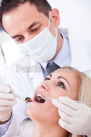 paciente de examen del dentista