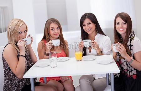 personas gente hombre mujer mujeres beber