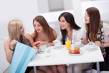 amigos de las mujeres que buscan