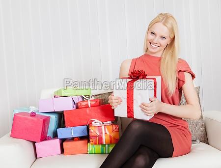 hermosa mujer joven con sus regalos
