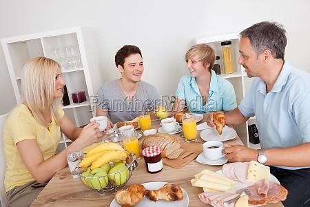 feliz familia disfrutando de desayuno