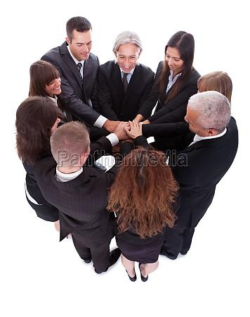 equipo de negocios que promete su