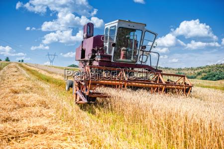 antigua cosechadora de maiz y trigo