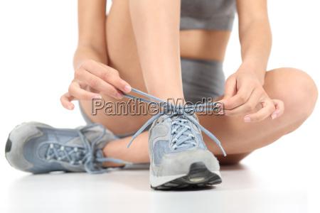 corredor mujer fitness atar los cordones