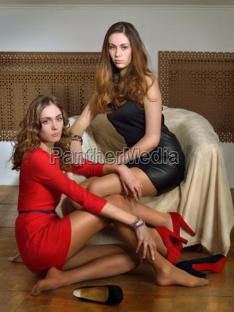 dos hermosas mujeres en un interior