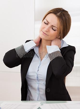 mujer oficina dolor negocios trabajo mano