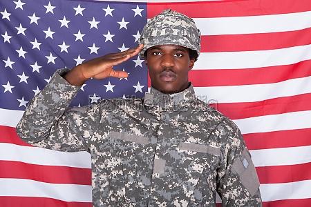 soldado que saluda delante de la
