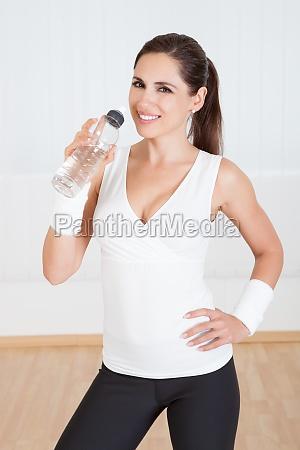 mujer atletica agua potable