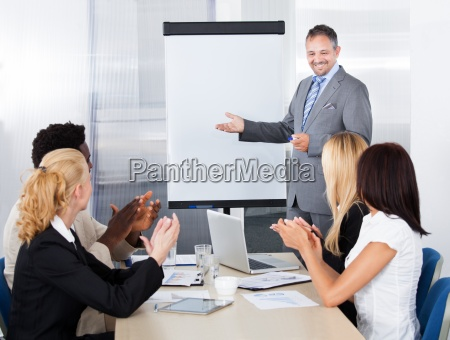 empresarios clapping para un hombre en