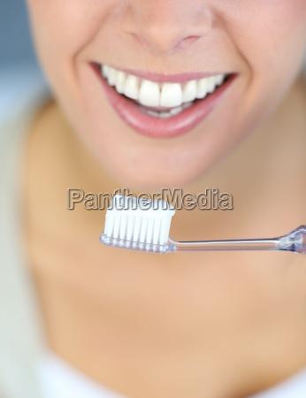 primer plano de la sonrisa dentada