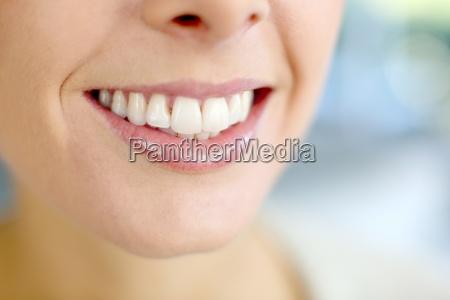 mujer risilla sonrisas salud primer plano