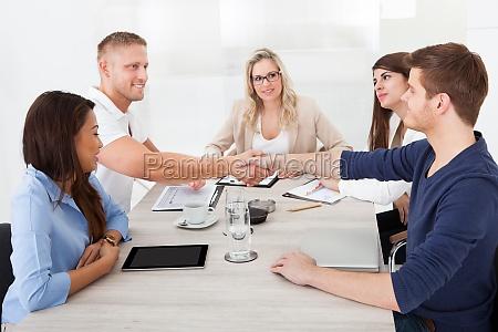entrevista mano trabajo negocios mano de