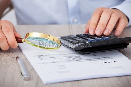 auditor masculino escudrizar documentos financieros