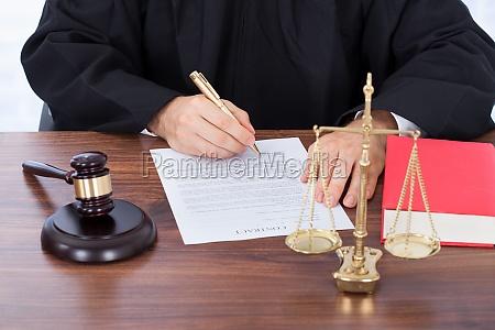 juez firmando el documento del contrato