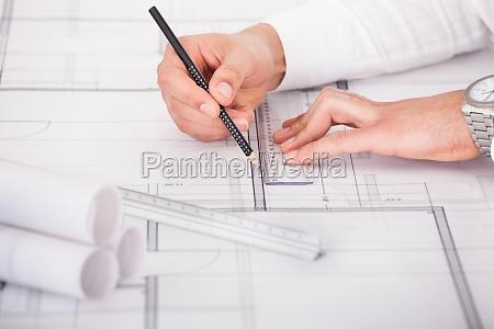 arquitecto que trabaja en el disenyo