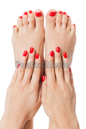 mujer con hermosos dedos rojos cuidadosamente