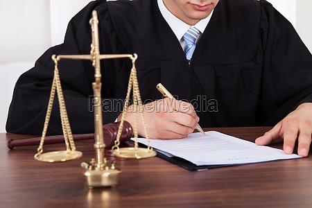 el juez firma de documento en