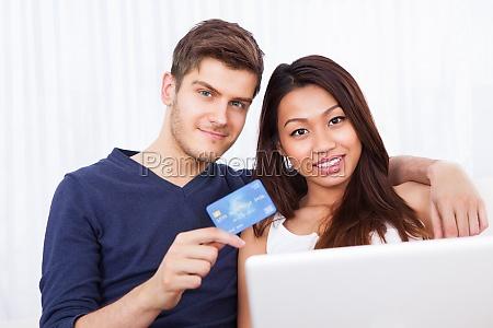 retrato de pareja de compras en