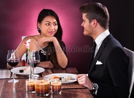 pareja tener comida en restaurante