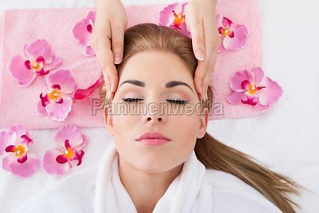 mujer joven recibiendo masaje
