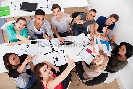 estudiantes universitarios haciendo estudio grupal