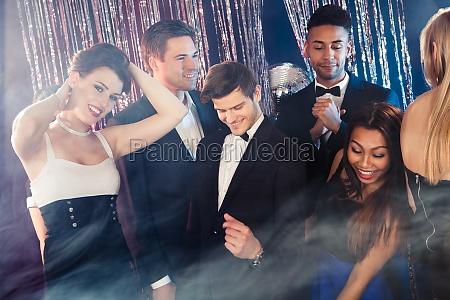 amigos bailando en nightclub