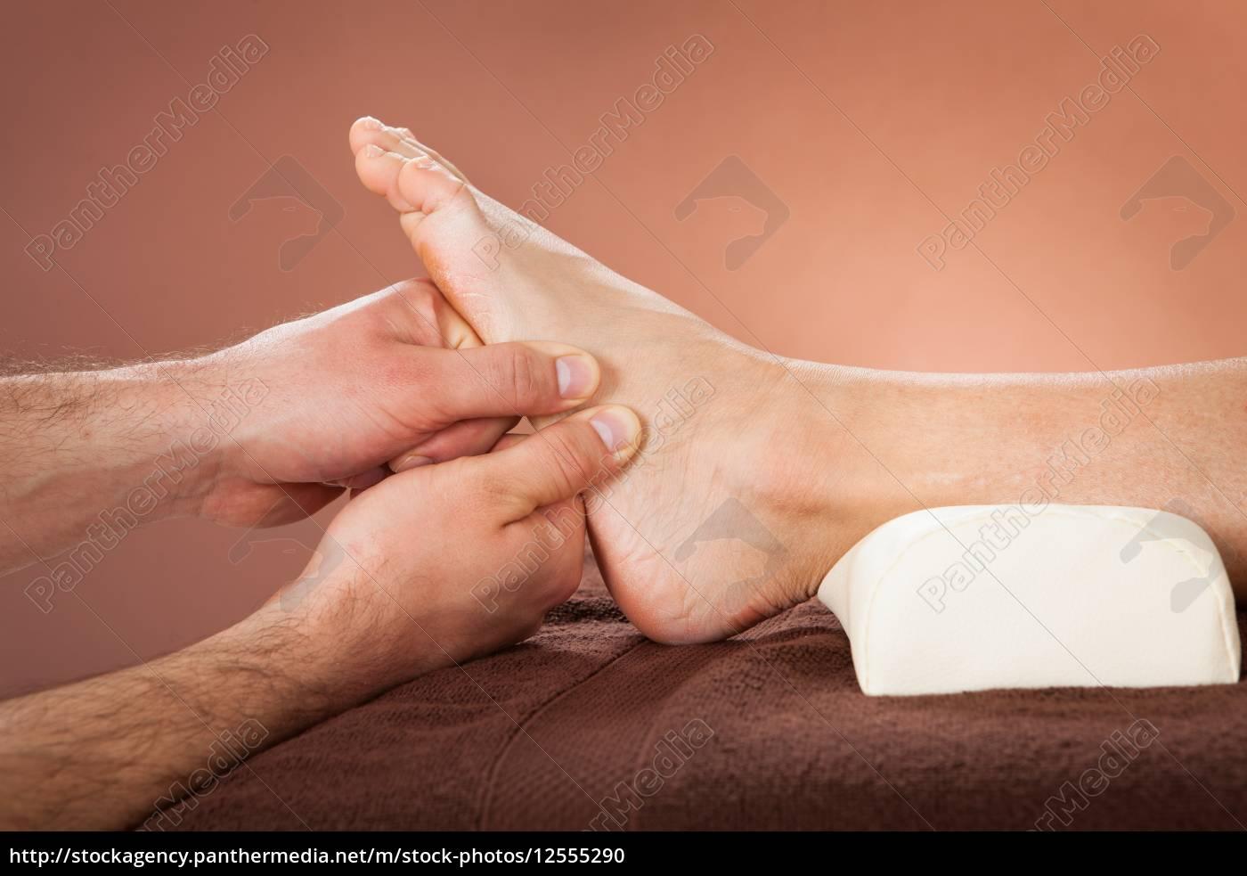terapeuta, que, da, masaje, de, pies - 12555290
