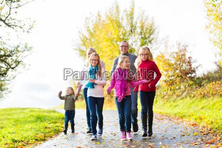 familia en el paseo de otonyo