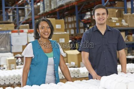 trabajadores de fabrica que comprueban mercancias