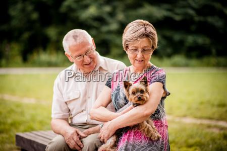 pares mayores con el perro