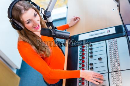 presentador de radio en estaciones de