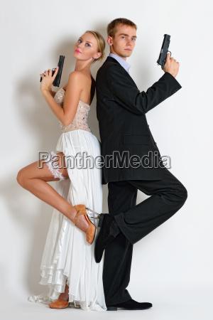 hermosa pareja de espias en traje
