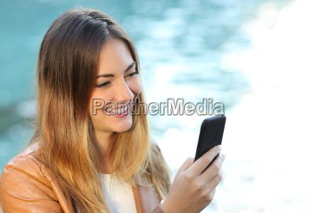 mujer casual usando un telefono inteligente