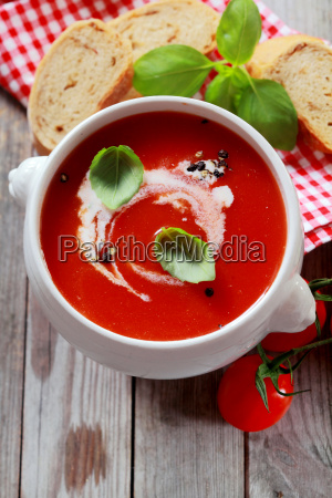 delicioso plato de sopa de tomate