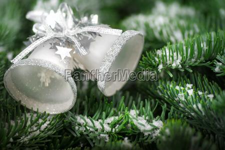 campanas de navidad en ramas de