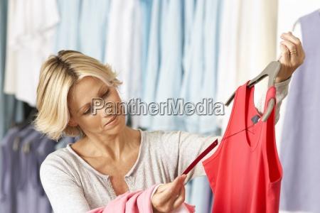 mujer madura de compras en la