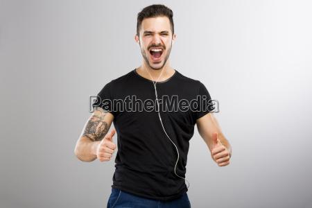 hombre sonriendo y escuchando musica