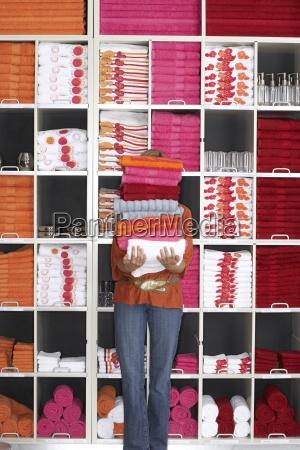 mujer comprando en grandes almacenes sosteniendo