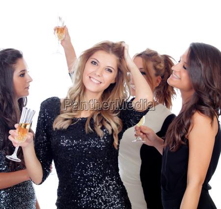 las mujeres elegantes celebran el baile