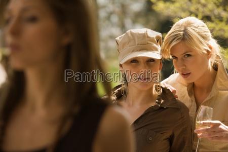 dos mujeres jovenes hablando con otra
