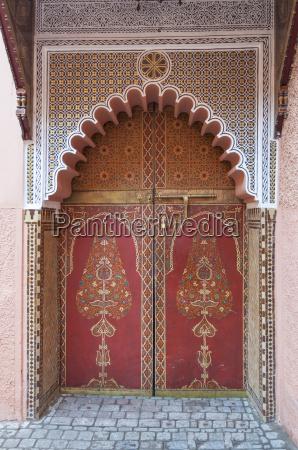 puerta decorada tradicional oriental en marrakech