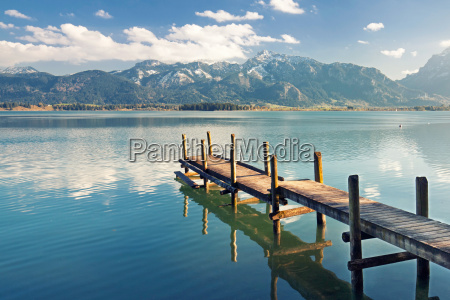 embarcadero en el lago cerca de