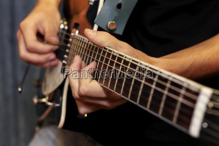 primer plano de la guitarra electrica