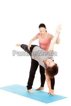 profesor de yoga da asistencia en