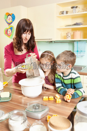 familia joven en la cocina mientras