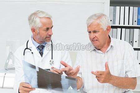 medico oficina consulta medicinal masculino caucasico